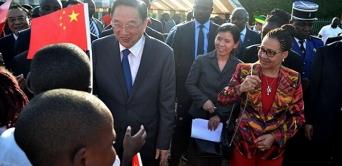 Yu Zhengsheng reçu à Libreville