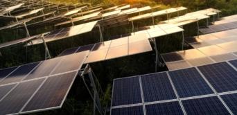 Construction de huit centrales solaires hybrides pour des communautés isolées
